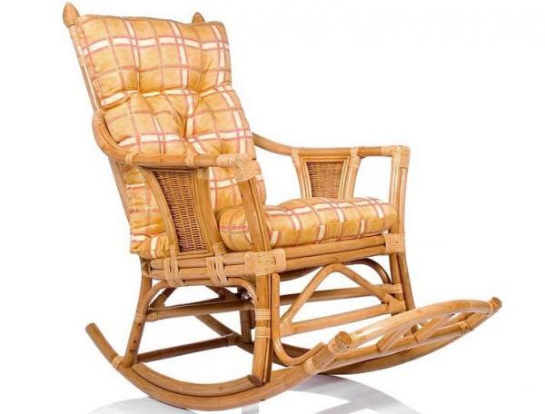 Фото плетеного кресла качалки из ротанга с подушкой
