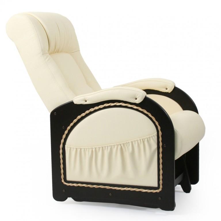 Красивое кресло в белом цвете
