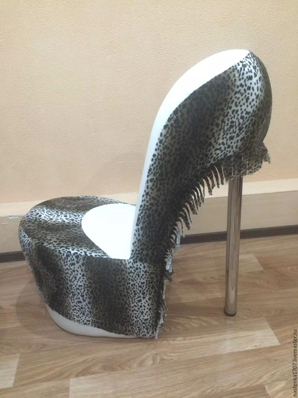 Кресло в виде туфли на шпильке