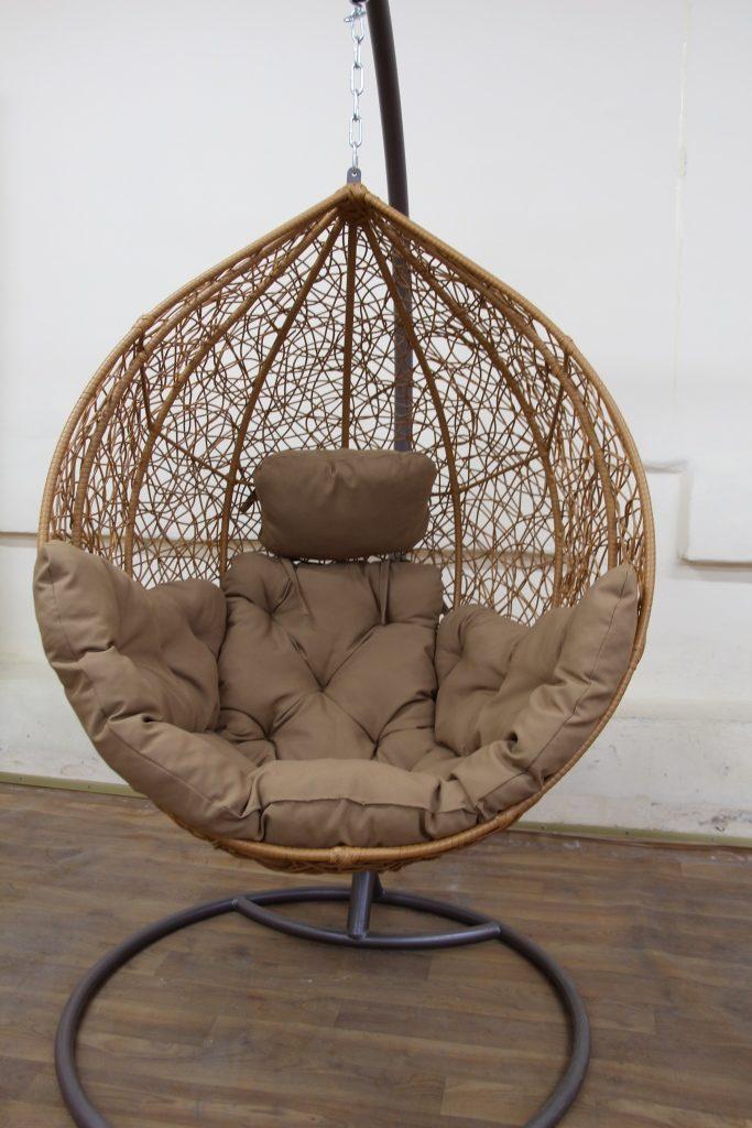 Плетеное подвесное кресло из ротанга имеет жесткий корпус