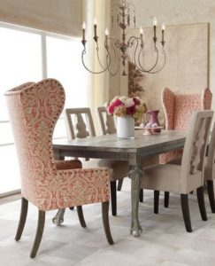 Английские кресла возле обеденного стола