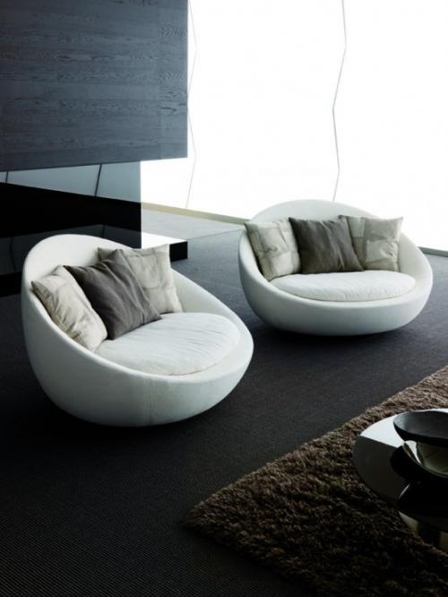 Небольшие уютные кресла с подушками можно разместить в гостиной перед домашним кинотеатром