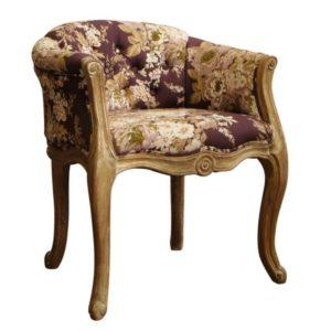Небольшое классическое кресло