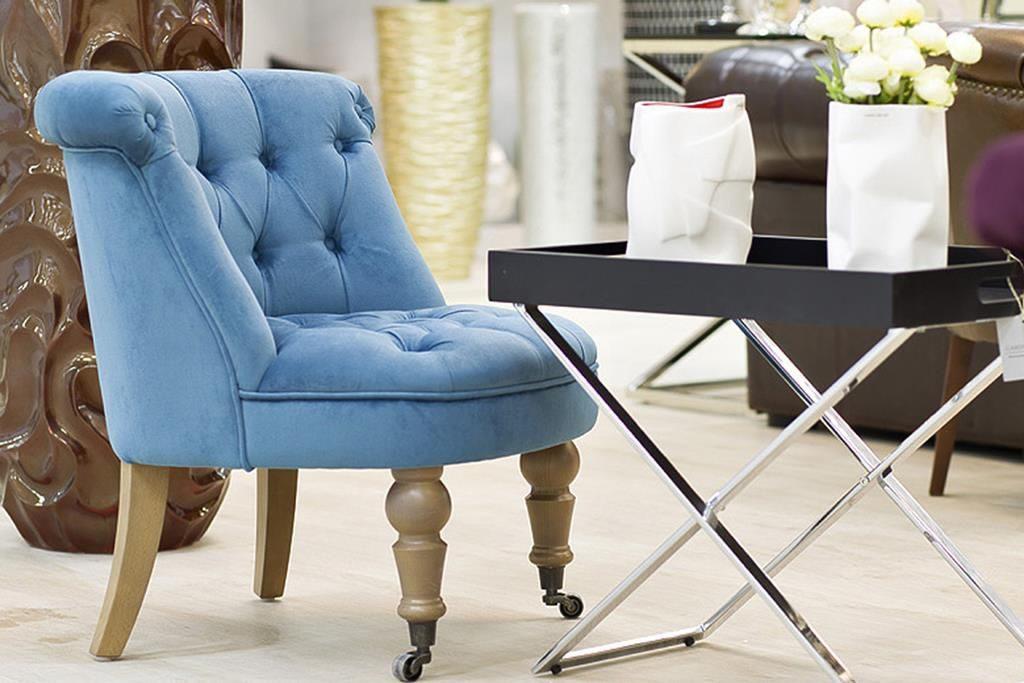 Небольшое кресло на колесиках