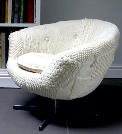 Шикарное кресло с обивкой из старых свитеров