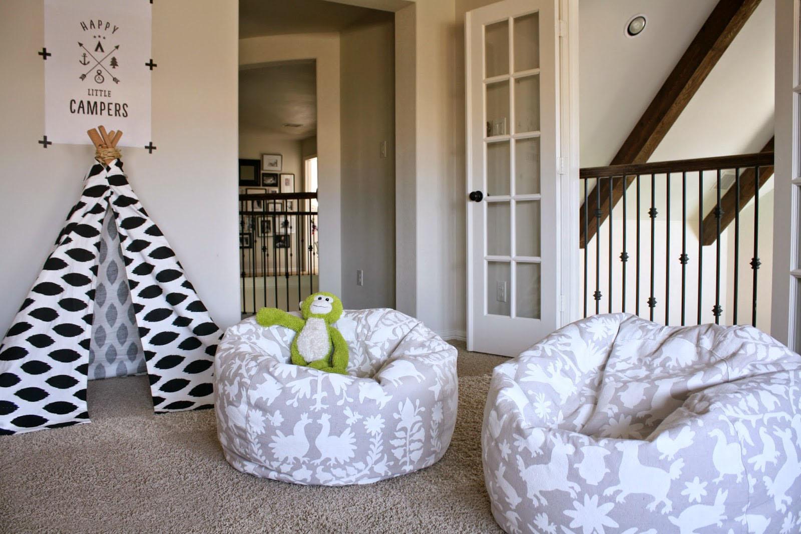 Также кресло мешок в интерьере может быть в виде мяча или шайб