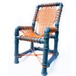 Детское кресло, созданное из труб