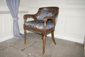 Дубовое кресло с подлокотниками