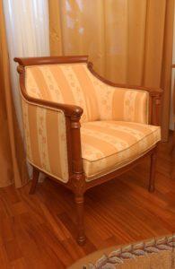 Дубовое кресло в интерьере дома