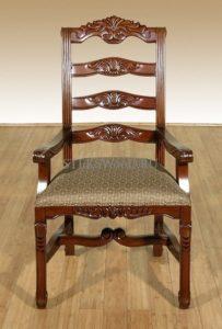Эксклюзивное кресло из массива красного дерева