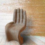 Фигурное кресло рука из картона