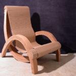 Фигурное кресло, созданное из картона