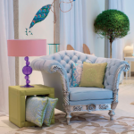 Голубое классическое кресло