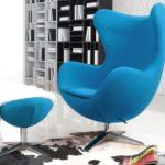 Голубое кресло в интерьере помещения