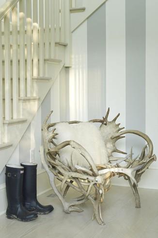 Интерьер дома с креслами из коряги