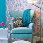 Интерьер комнаты с бирюзовым креслом