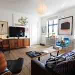 Интерьер комнаты с голубым креслом