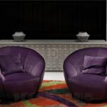 Интерьер комнаты с пурпурными креслами
