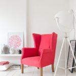 Интерьер комнаты с розовым креслом