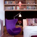 Интерьер с фиолетовым креслом