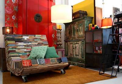 Использование кресел из книг в интерьере