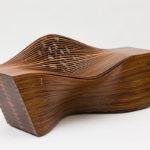 Изогнутое деревянное кресло
