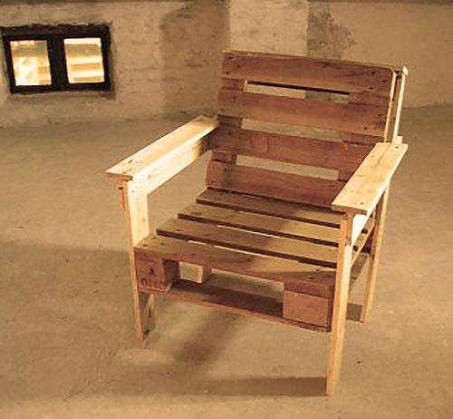 Каркасное кресло, созданное из поддонов