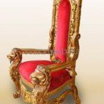 Классическое золотое кресло