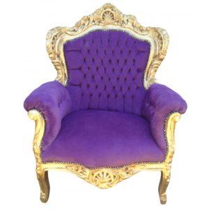 Королевское кресло, оформленное в фиолетовом цвете