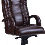 Кожаное дорогое кресло, выполненное в коричневом цвете