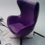 Кожаное красивое фиолетовое кресло