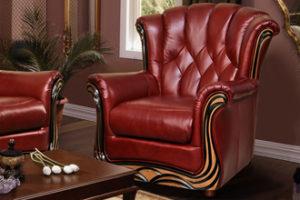Кожаное кресло в дорогом оформлении, созданное в бордовом цвете