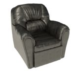 Кожаное мягкое кресло, выполненное в черном цвете