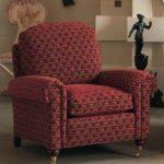 Красивое бордовое кресло в иероглифами