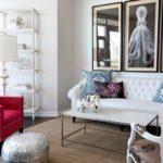 Красивое бордовое кресло в светлом интерьере