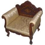 Красивое дорогое кресло, созданное из дерева