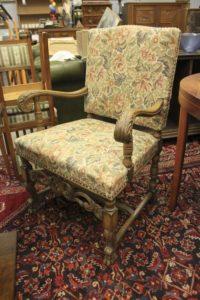 Красивое дубовое кресло