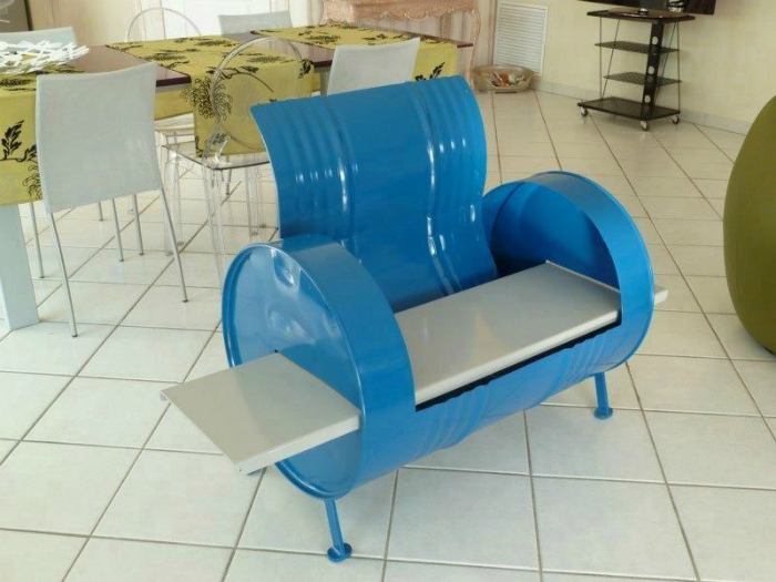 Красивое голубое кресло на основе бочки