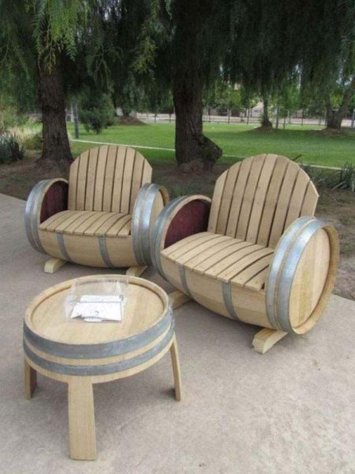 Красивое кресло из бочки