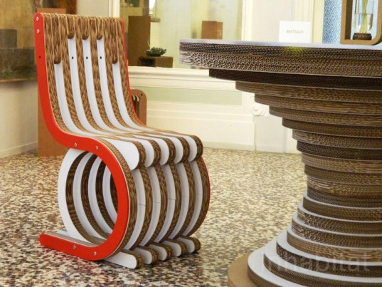 Красивое кресло, изготовленное из картона