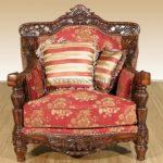 Красивое кресло, выполненное из красного дерева