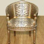 Красивое кресло, выполненное в золотом цвете