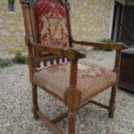 Красивое ореховое кресло для обустройства дома