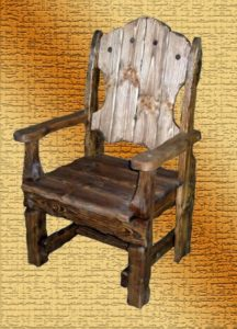 Красивое темное кресло из сосны