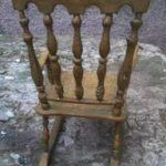 Красивое яркое кресло, изготовленное из бронзы