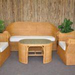 Красивые светлые бамбуковые кресла