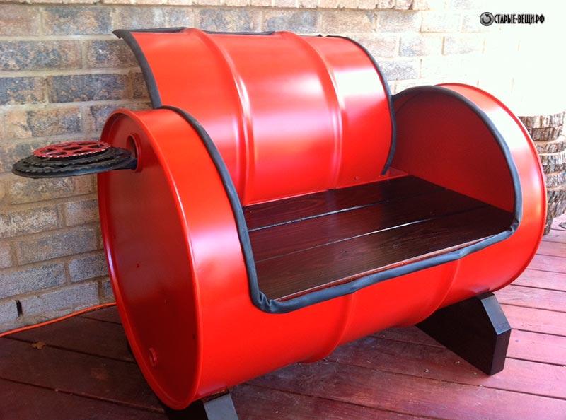 Красное кресло на основе бочки