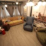 Кресла, размещенные в доме оливкового цвета