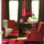 Кресла в интерьере дома кораллового цвета