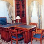 Кресла в кабинете из красного дерева